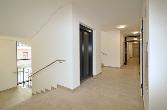 Lift mit Treppenhaus