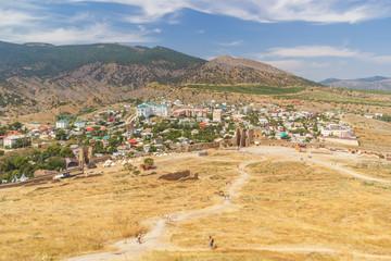 Вид из Генуэзской крепости на город Судак в Крыму