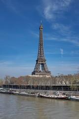 Tour Eiffel , la Seine avec péniches et ciel bleu. Paris