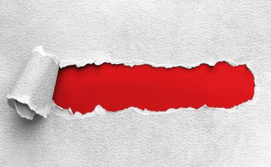 Aufgerissenes Papier - darunter rote Oberfläche für eigenen Text