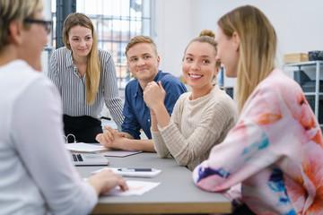 junges team im büro in einer besprechung