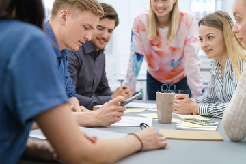 mitarbeiter sitzen am tisch und entwickeln ideen