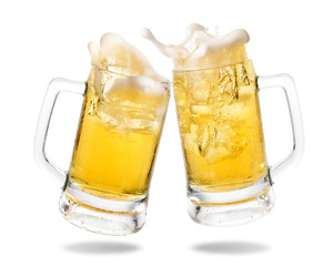 Photo sur Aluminium Biere, Cidre Cheers cold beer with splashing out of glasses on white background.