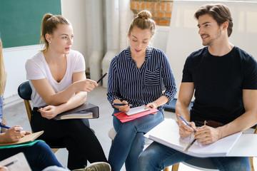 studenten unterhalten sich in einer schulung