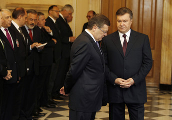 Ukraine's President Yanukovich and Foreign Minister Gryshchenko wait to meet with Mongolian President Elbegdorj in Kiev