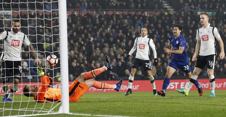 Derby's Scott Carson saves from Leicester City's Shinji Okazaki