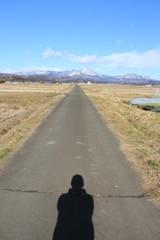 泉ヶ岳へ伸びる道に延びる自分の影(宮城県)