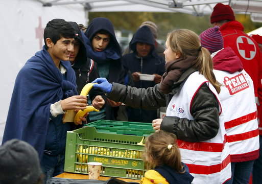 Migrants recieve bananas, soup, bread and tea before crossing Austrian-German border in Achleiten