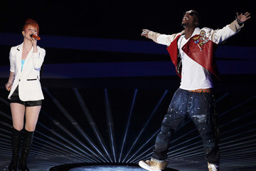 """Hayley Williams performs """"Airplanes"""" with B.o.B. at the 2010 MTV Video Music Awards in Los Angeles"""