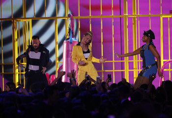 "Rapper Azalea and singer Hudson perform ""Trouble"" at the 2015 Kids' Choice Awards in Los Angeles"