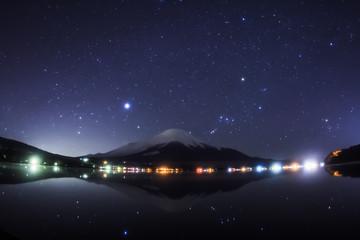 山中湖水鏡に映る富士山と冬の星空