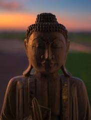buda de madera meditando al amanecer