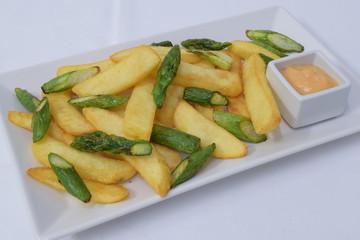 Pommes frites mit frittiertem Spargel