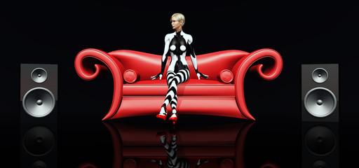 Attraktive Frau auf rotem Sofa mit Lautsprecherboxen