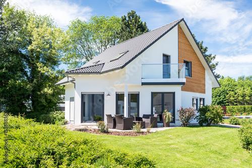 einfamilienhaus wohnhaus mit garten stockfotos und lizenzfreie bilder auf bild. Black Bedroom Furniture Sets. Home Design Ideas