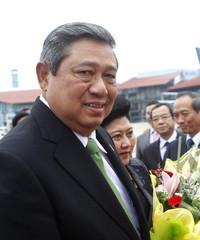 Indonesia's President Susilo Bambang and his wife Kristiani leave the Noi Bai airport in Hanoi