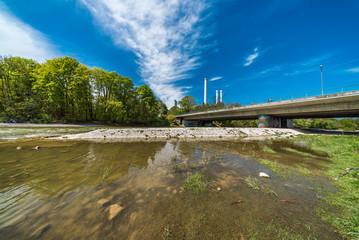 Naherholungsgebiet Isarauen bei München mit Brudermühlbrücke und Heizkraftwerk Süd im Hintergrund