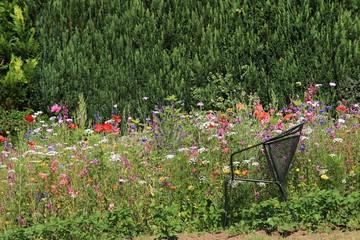 Pausenplatz am Blumenbeet