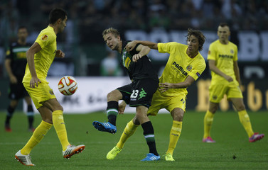 Borussia Moenchengladbach's Kramer is challenged by Villareal's Pina during Europa League soccer match in Muenchengladbach