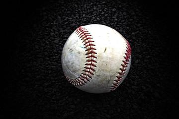 baseball auf dunklen schotter