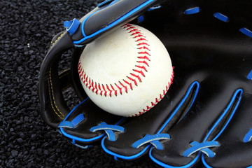 Baseballhandschuh mit ball auf schotter..