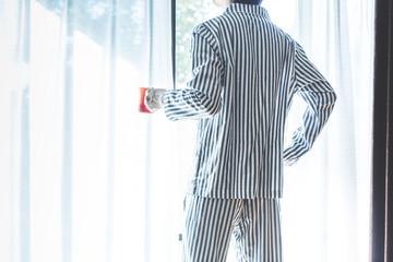 パジャマの男性,朝の光