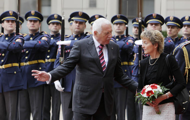 Czech President Klaus and his Swiss counterpart Widmer-Schlumpf review the guard of honour in Prague