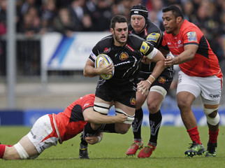 Dave Dennis of Exeter Chiefs tackled by Jackson Wray (l) and Mako Vunipola of Saracens