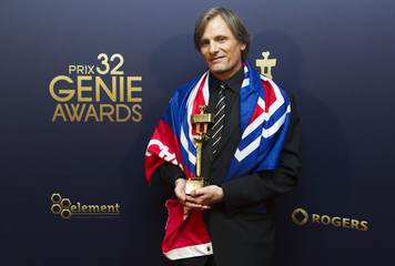 Mortensen holds his Genie award while he wears a Canadiens flag after winning best supporting actor at the 32nd Genie Awards in Toronto