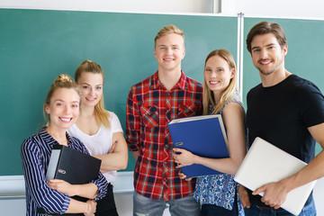 erfolgreiche junge studenten vor der tafel