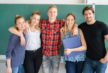 erfolgreiche studenten vor der tafel