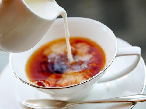 紅茶にミルクを入れる瞬間