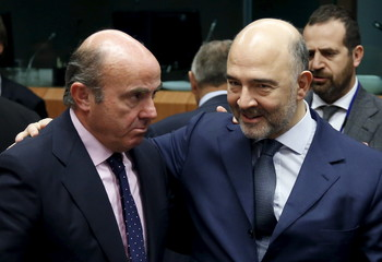 Spain's Economy Minister de Guindos and EU Commissioner Moscovici attend a eurozone finance ministers meeting in Brussels