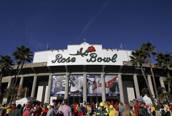 Wisconsin Badgers and Oregon Ducks football fans arrive for the 98th Rose Bowl Game in Pasadena