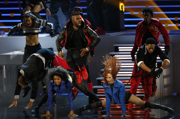 """Jason Derulo performs """"Get Ugly"""" at the People's Choice Awards 2016 in Los Angeles"""