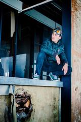 Jeune homme dans l'usine abandonné