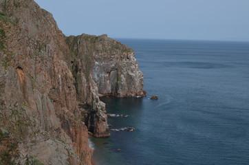 Скалистый берег и море