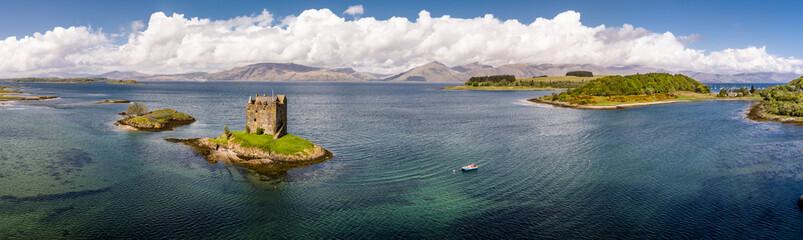 Luftaufnahme der schottischen Küste bei Portnacroish mit dem historischen Castle Stalker, Argyll, Bute, Scotland