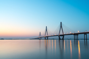 In de dag Brug dongting lake bridge in sunset