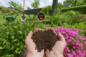 Komposterde in der Hand - Dünger für den Garten