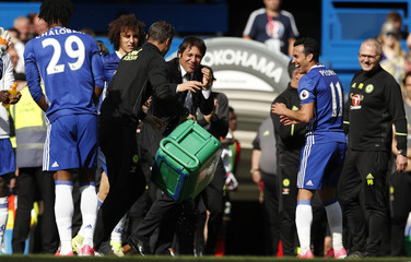 Chelsea manager Antonio Conte celebrates with Pedro after the game