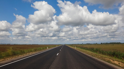 Papiers peints Route 66 landscape of asphalt road in wild field with mountains at horizon