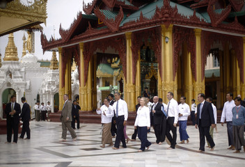 U.S. President Barack Obama and Secretary of State Hillary Clinton tour the Shwedagon Pagoda in Yangon