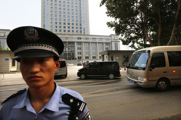 A minivan believed to be carrying disgraced Chinese politician Bo arrives at the Jinan Intermediate People's Court ahead of Bo's forth-day trial in Jinan