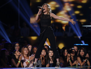 """Rachel Platten performs """"Fight Song"""" during the 2015 Teen Choice Awards in Los Angeles"""