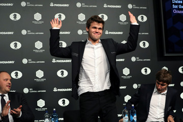 Magnus Carlsen of Norway waves the crowd at a news conference after defeating Sergey Karjakin at the 2016 World Chess Championship match in New York