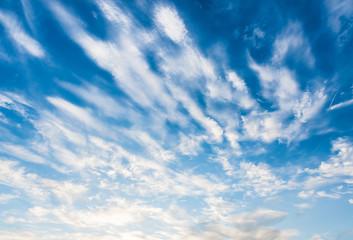 blauer himmel mit cirrus wolken