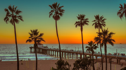Photo sur Aluminium Los Angeles Palm trees at Manhattan Beach at sunset. Fashion travel and tropical beach concept.