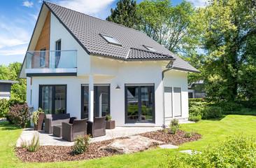 modernes Einfamilienhaus von der Seite