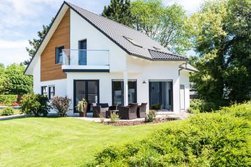 modernes Einfamilienhaus mit Garten